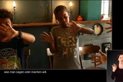 JOMI zeigt Kindern Pantomimenspiel